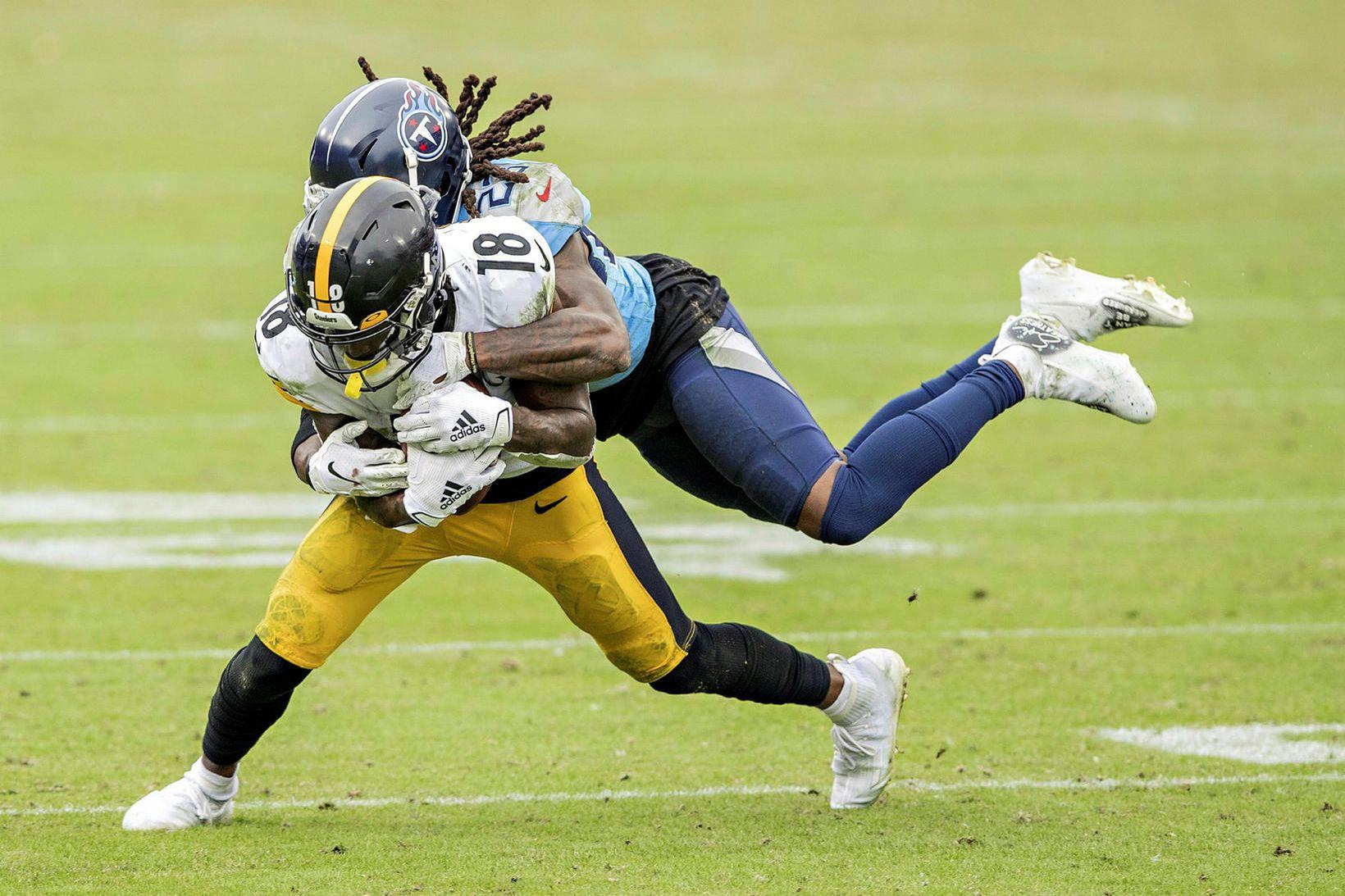 Diontae Johnson hjá Pittsburgh Steelers skýlir boltanum en Tye Smith …