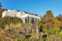 Húsið er byggt árið 1967 og hannað af Högnu Sigurðardóttur arkitekt.