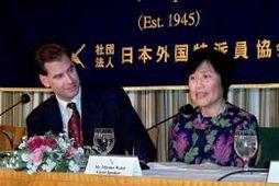 John Bosnitch og Miyako Watai á blaðamannafundi í Tókýó veturinn 2004.