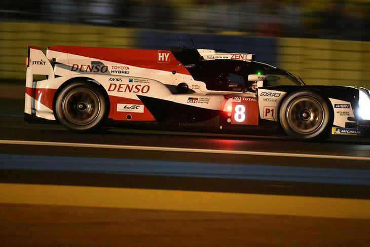 Fernando Alonso á ferð á Toyotabílnum í tímatökunni í Le Mans.