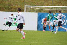 Steven Lennon skorar hér gegn Breiðabliki í Kaplakrikanum í dag.