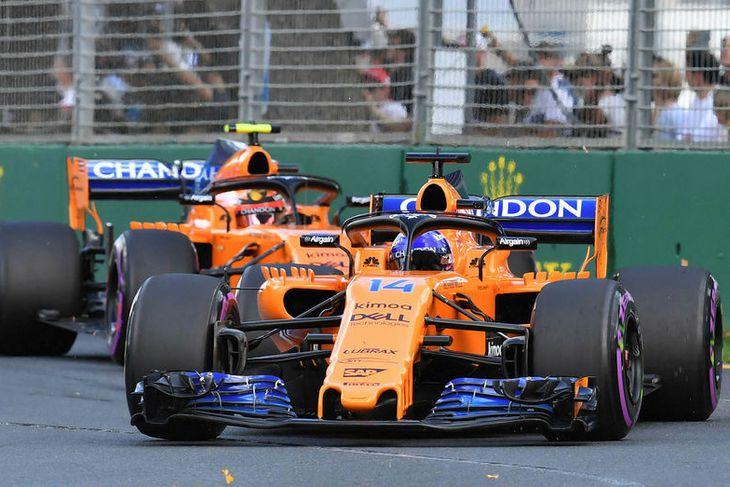 Báðir bílar McLaren komu í mark í stigasæti í Melbourne. Hér fer Fernando Alonso á ...