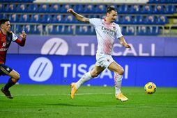 Zlatan Ibrahimovic skorar seinna mark sitt á Sardiníu í kvöld.