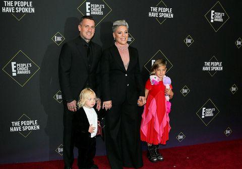 Bandaríska söngkonan Pink með manni sínum Carey Hart og börnum þeirra, Jameson Moon Hart og Willow Sage Hart.