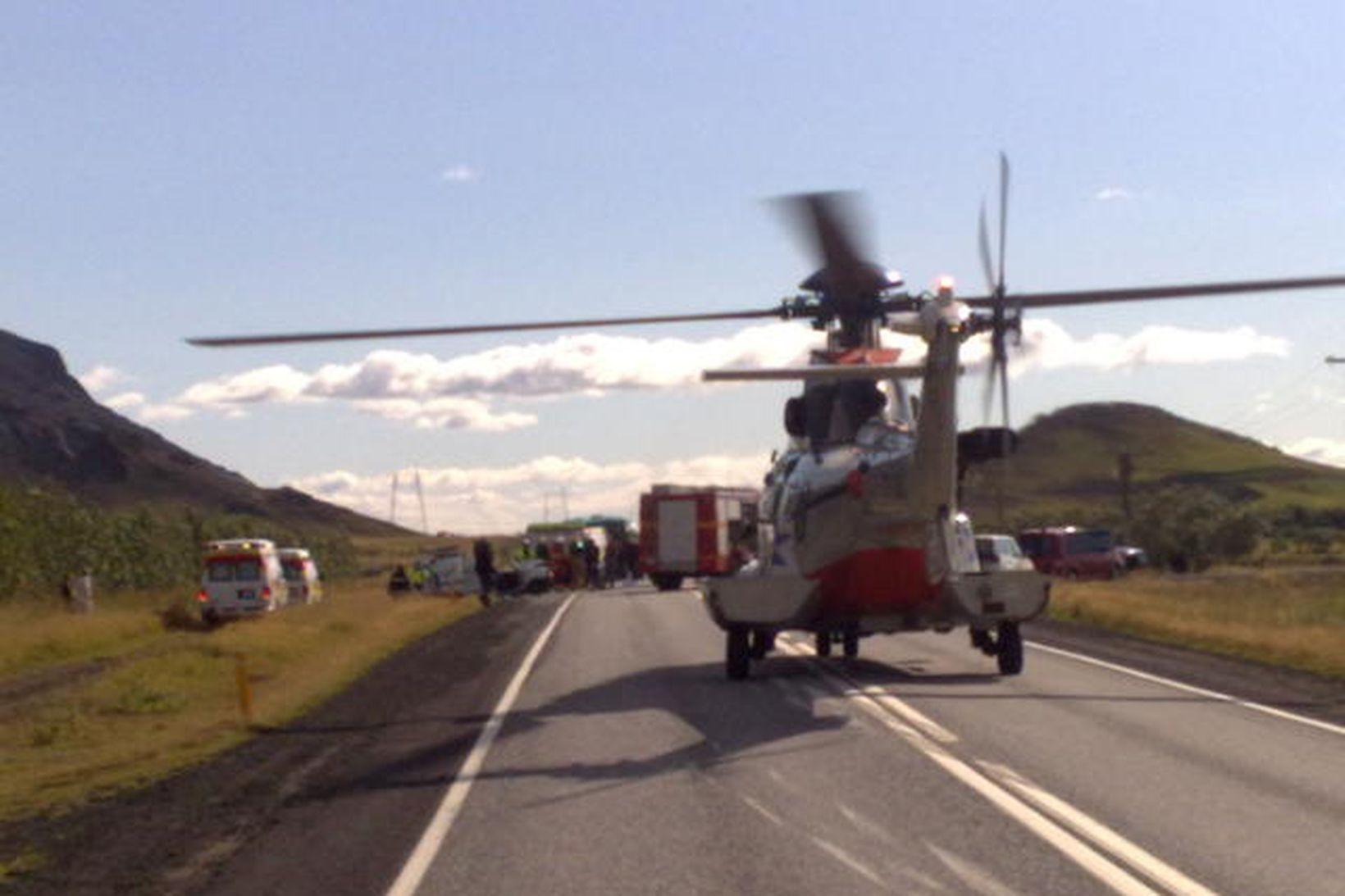 Þyrla Landhelgisgæslunnar lenti á Suðurlandsvegi.