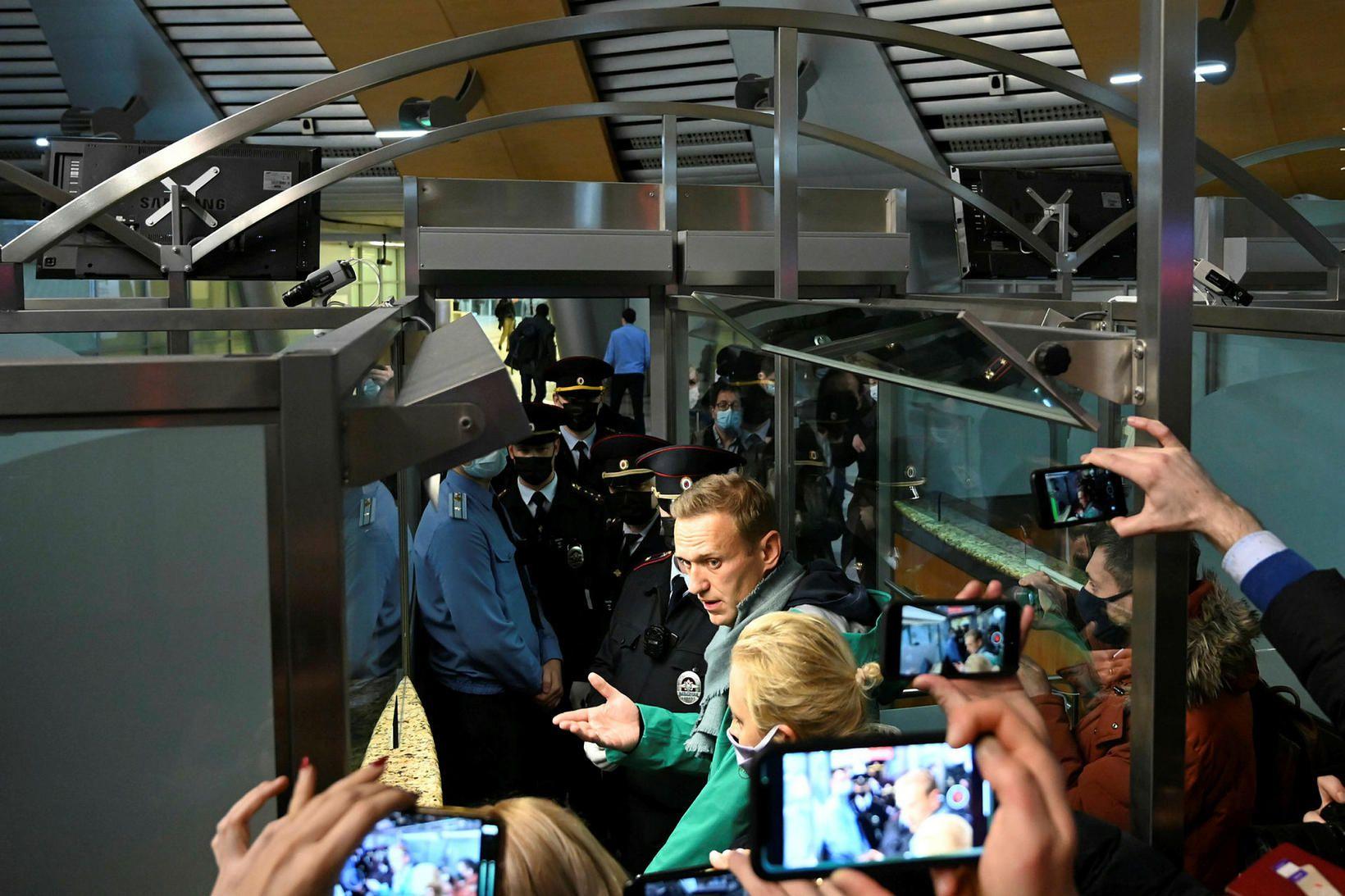 Navalní á flugvelli í Moskvu skömmu áður en hann var …