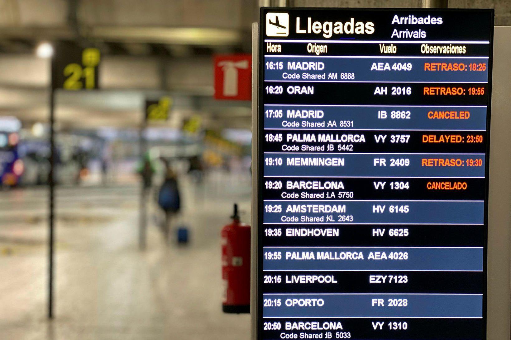Upplýsingaskilti á flugvellinum á Alicante.