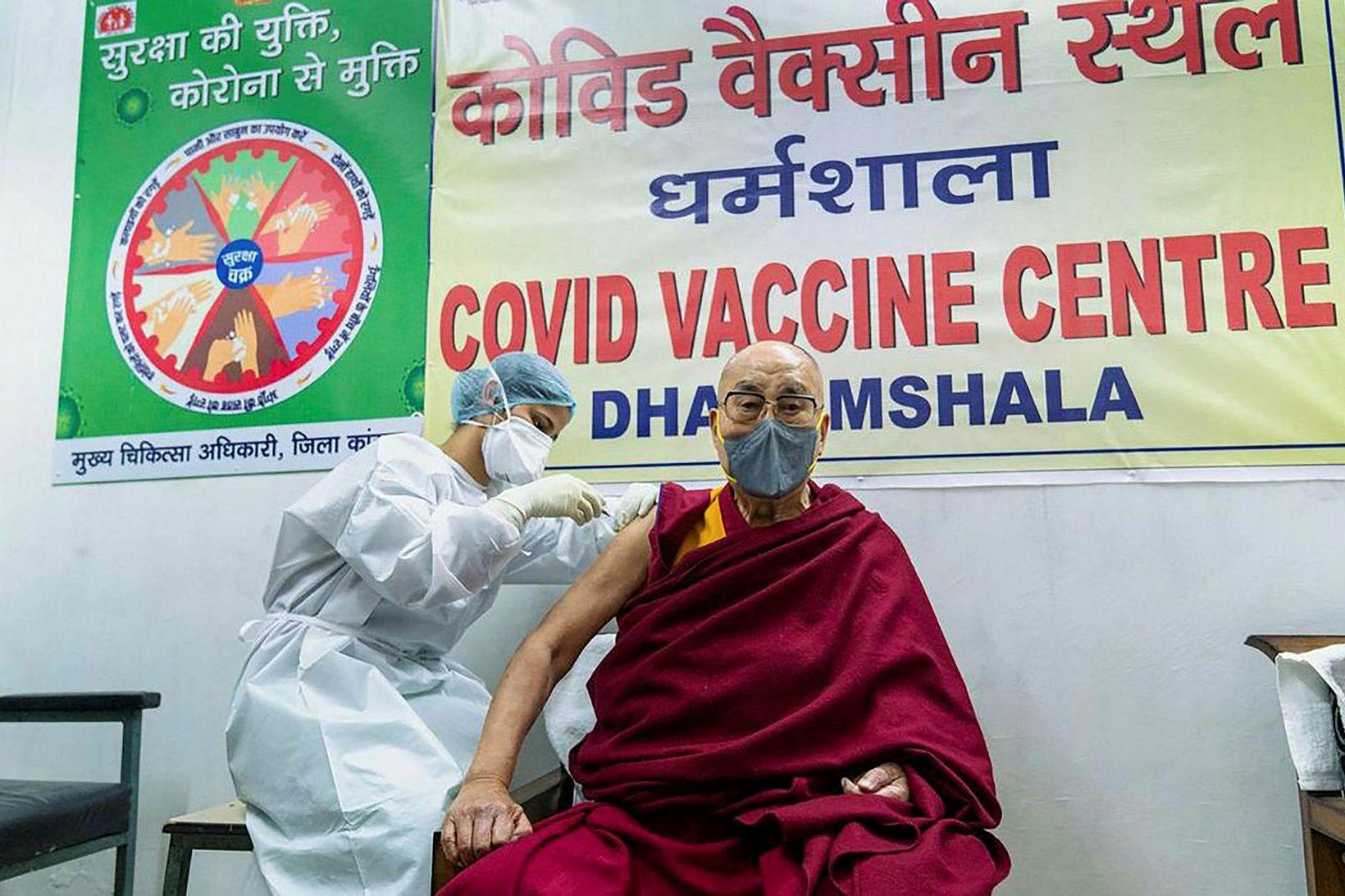 Dalai Lama bólusettur.
