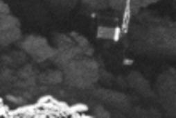 Nærmynd af Philae á yfirborði halastjörnunnar. Rosetta tók hana úr 2,7 km fjarlægð á föstudag.
