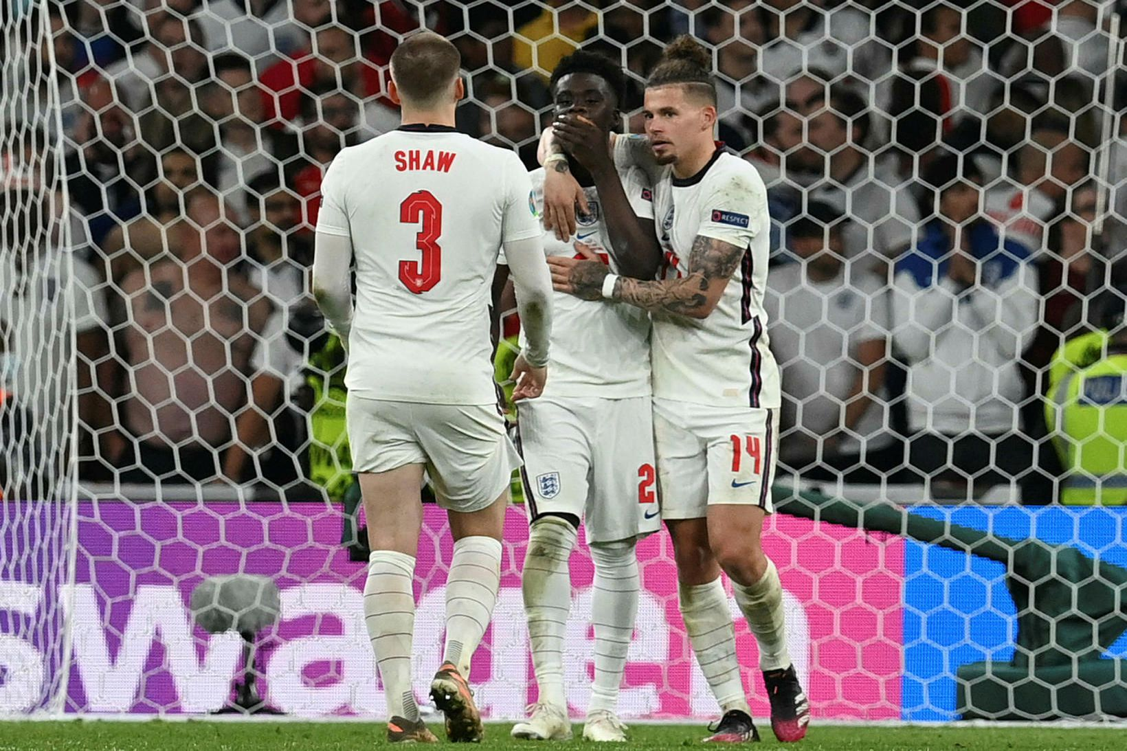 Liðsfélagar Bukayo Saka hughreista hann eftir vítið á Wembley.