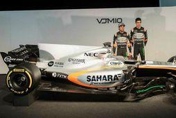 Sergio Perez (t.v.) og Esteban Ocon við 2017-bíl Force India í Silverstone í gær.