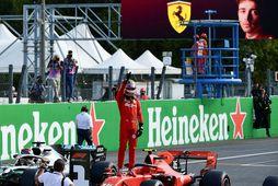 Charles Leclerc fagnar ráspólnum í Monza.