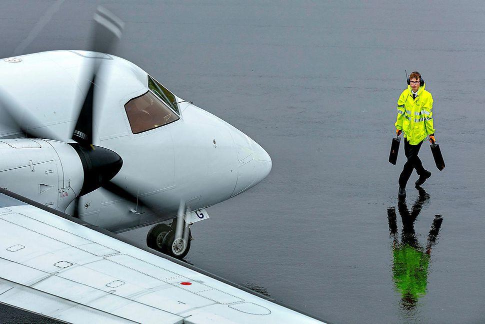Tekið á móti flugvél Air Iceland Connect á Egilsstaðaflugvelli.