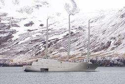 Snekkjan A lónar skammt norður af Öldubrjót á Siglufirði.