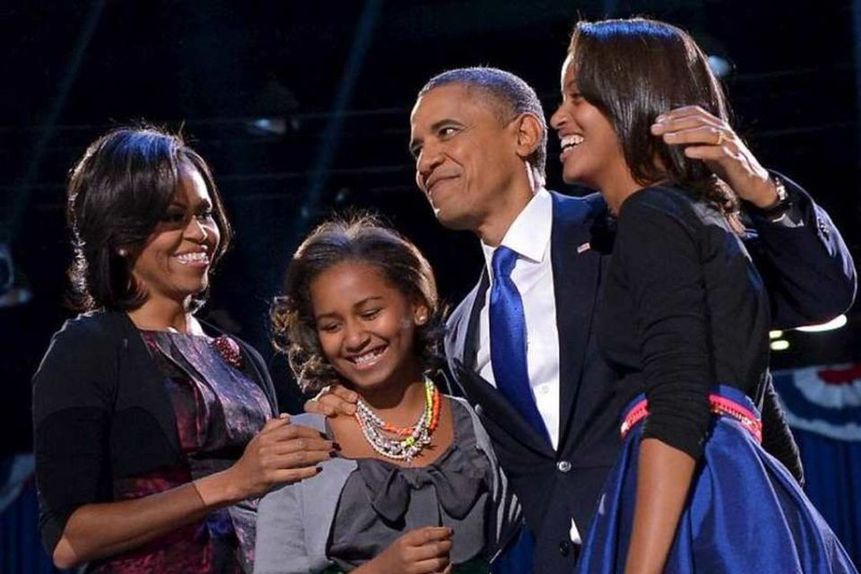Kona og börnin. Barack Obama á úrslitakvöldi kosninganna ásamt eiginkonunni Michelle og dætrunum Söshu og …