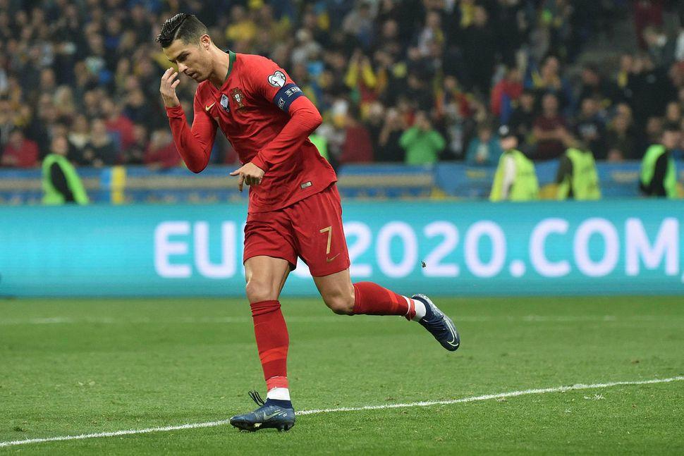 Cristiano Ronaldo fagnar marki númer 700 á ferlinum.