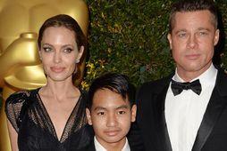 Angelina Jolie, Maddox Jolie-Pitt og Brad Pitt árið 2013.