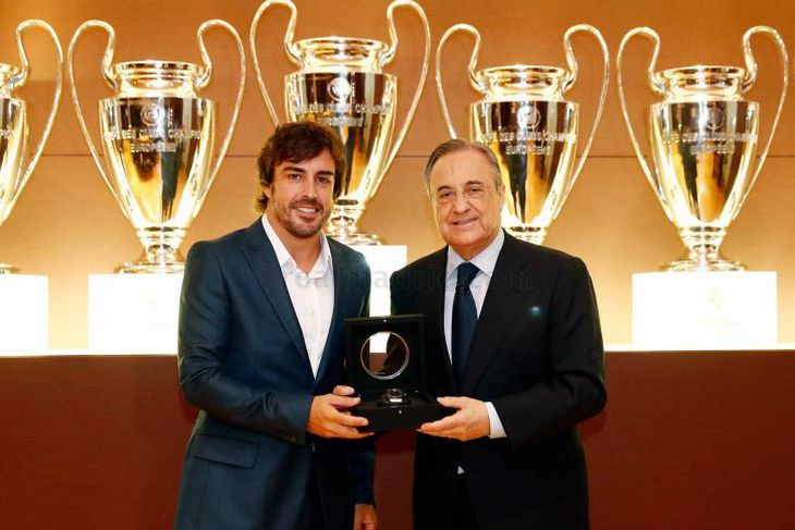 Fernando Alonso ásamt æðsta manni Real Madrid við athöfnina er hann var útnefndur heiðursfélagi liðsins.