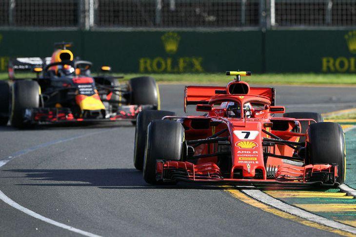 Daniel Ricciardo í humátt á eftir Kimi Räikkönen í Melbourne.