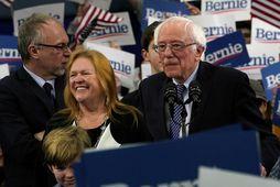 Bernie Sanders sést hér í New Hamshire í gærkvöldi ásamt eiginkonu sinni, Jane O'Meara Sanders.