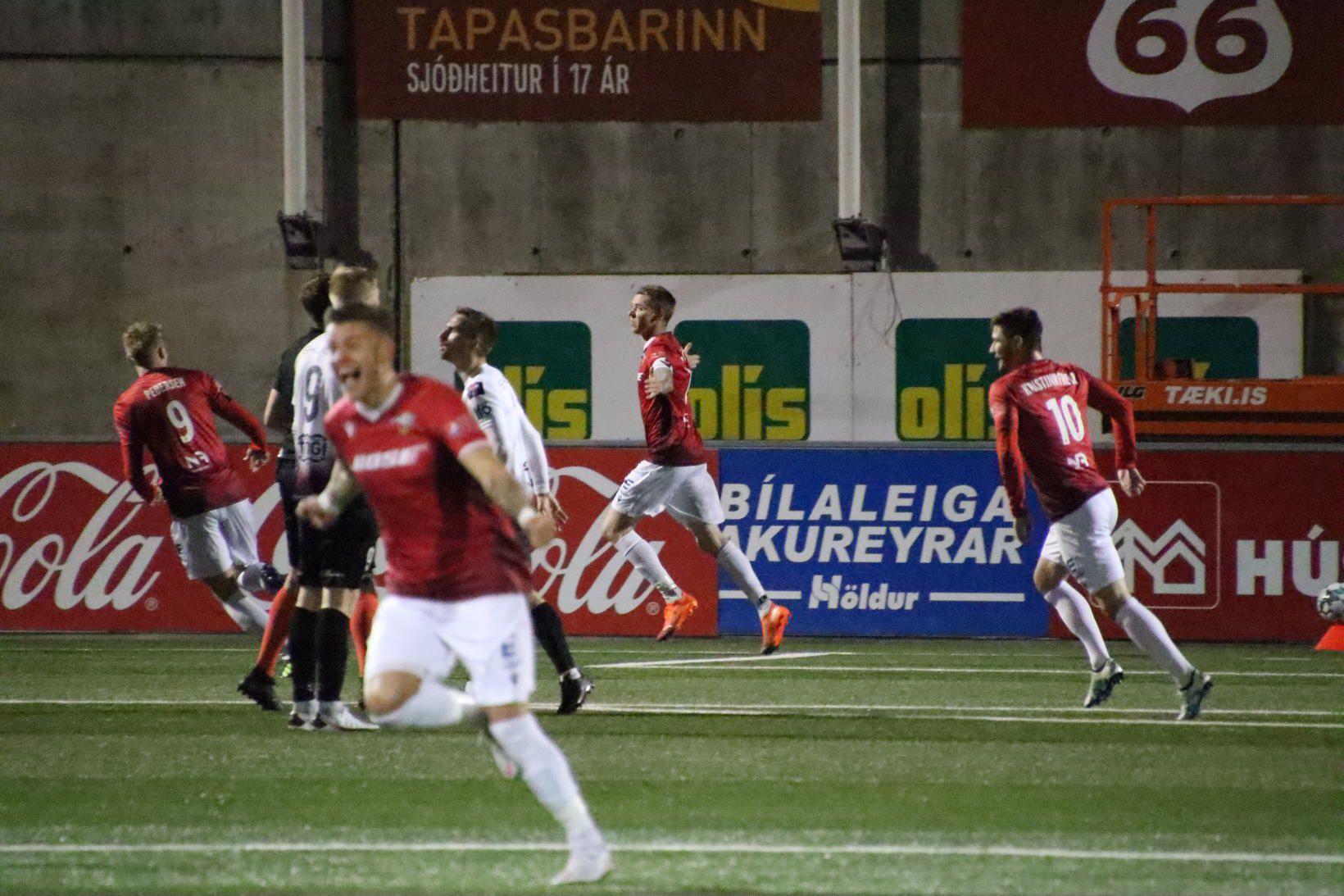 Birkir Már Sævarsson fagnar eftir að hafa jafnað fyrir Val …