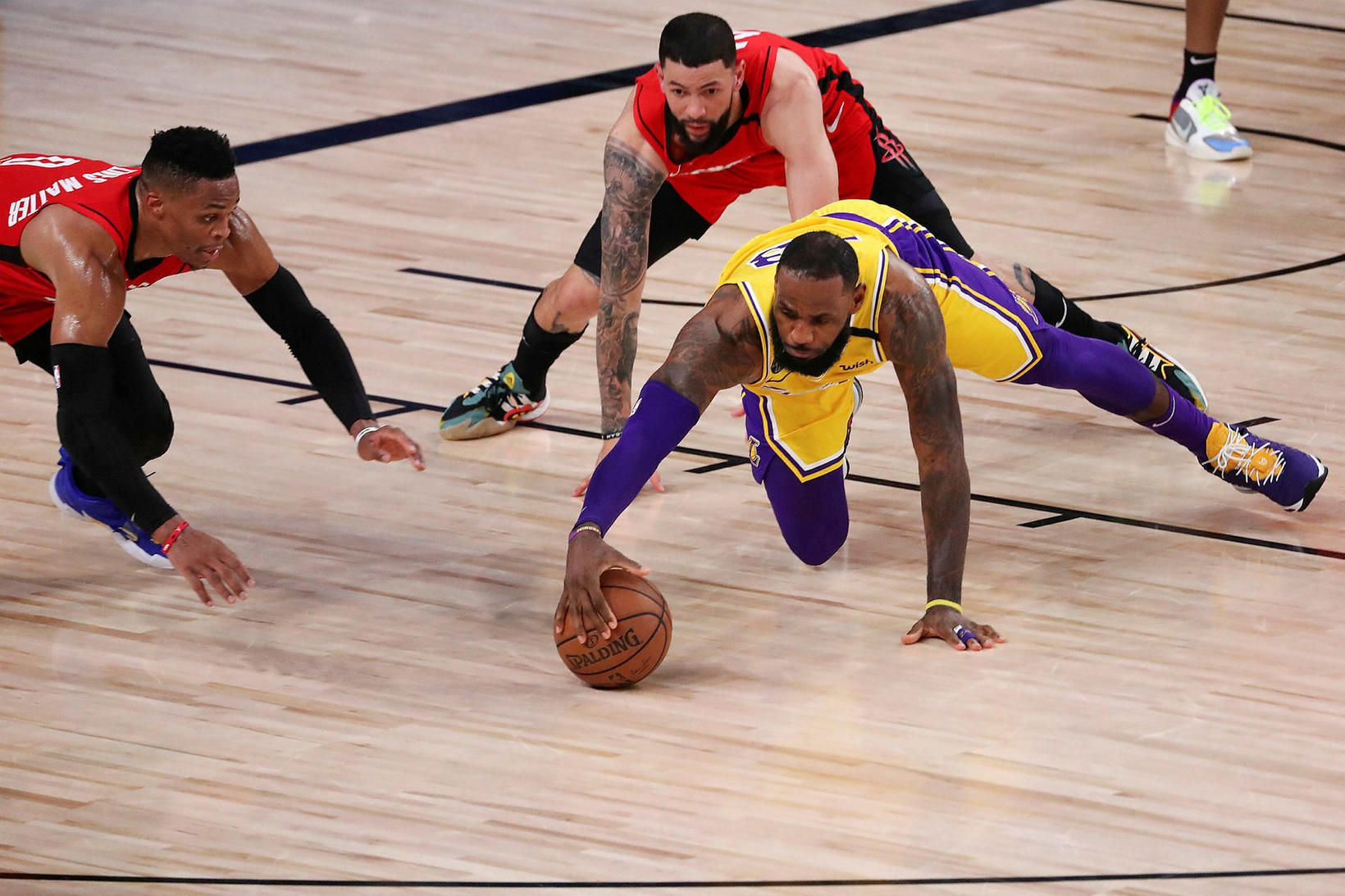 LeBron James gómar boltann á gólfinu í leik Lakers og …