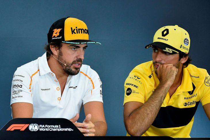Fernando Alonso (t.v.) ræðir við landa sinn og verðandi arftaka hjá McLaren, Carlos Sainz, á ...