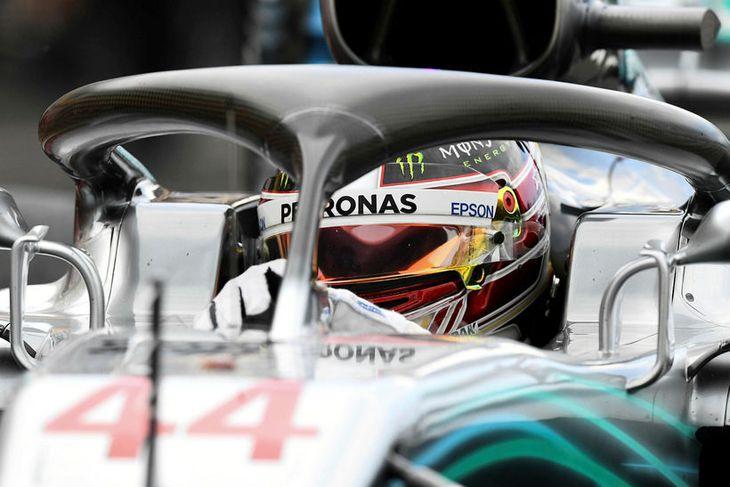 Lewis Hamilton situr í bíl sínum milli aksturslota í tímatökunni í Le Castellet í Frakklandi.