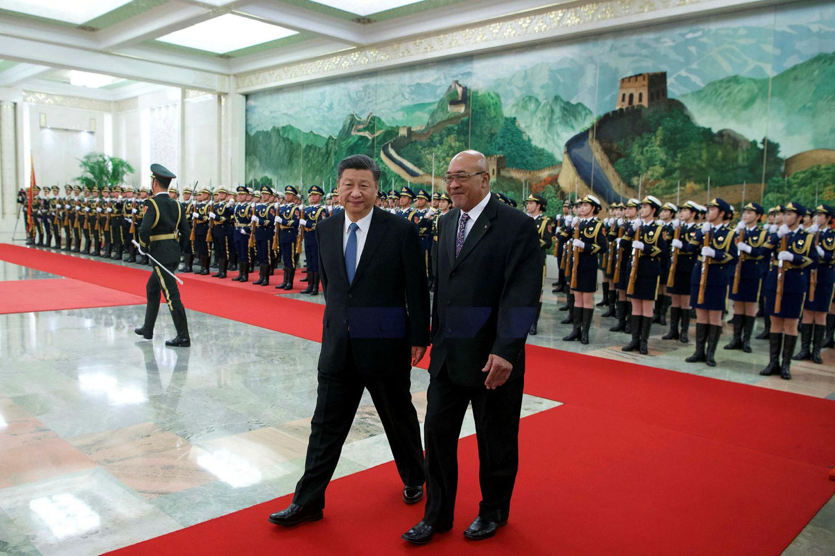 Forseti Súrínam, Desi Bouterse, á göngu með forseta Kína, Xi …