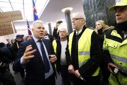 Steinþór Pálsson, bankastjóri Landsbankans, þegar mótmælendur mættu í bankann í lok janúar vegna Borgunarsölunnar.