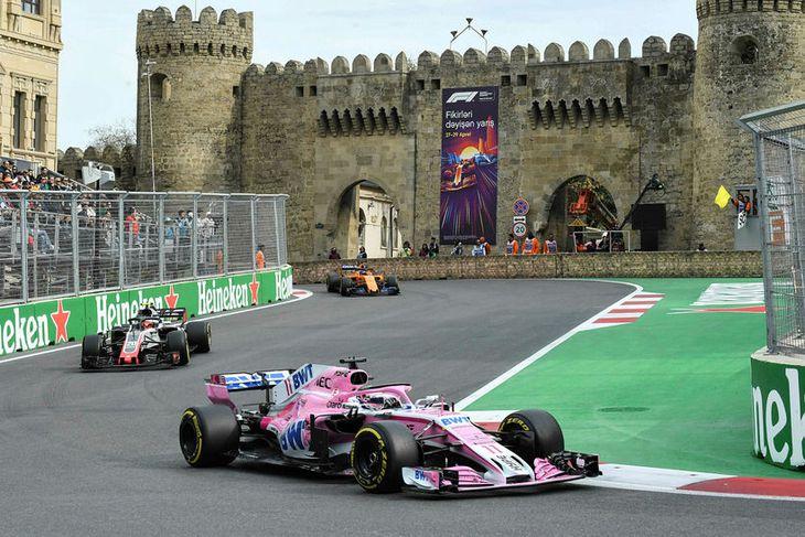 Sergio Perez á Force India hélt Sebastian Vettel á Ferrari aftan við sig eftir að ...