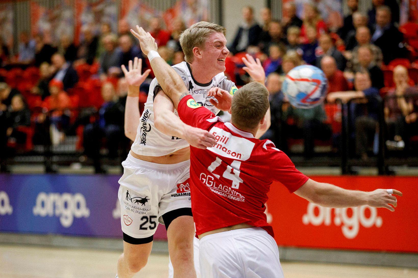 Haukur Þrastarson sækir að marki Vals.