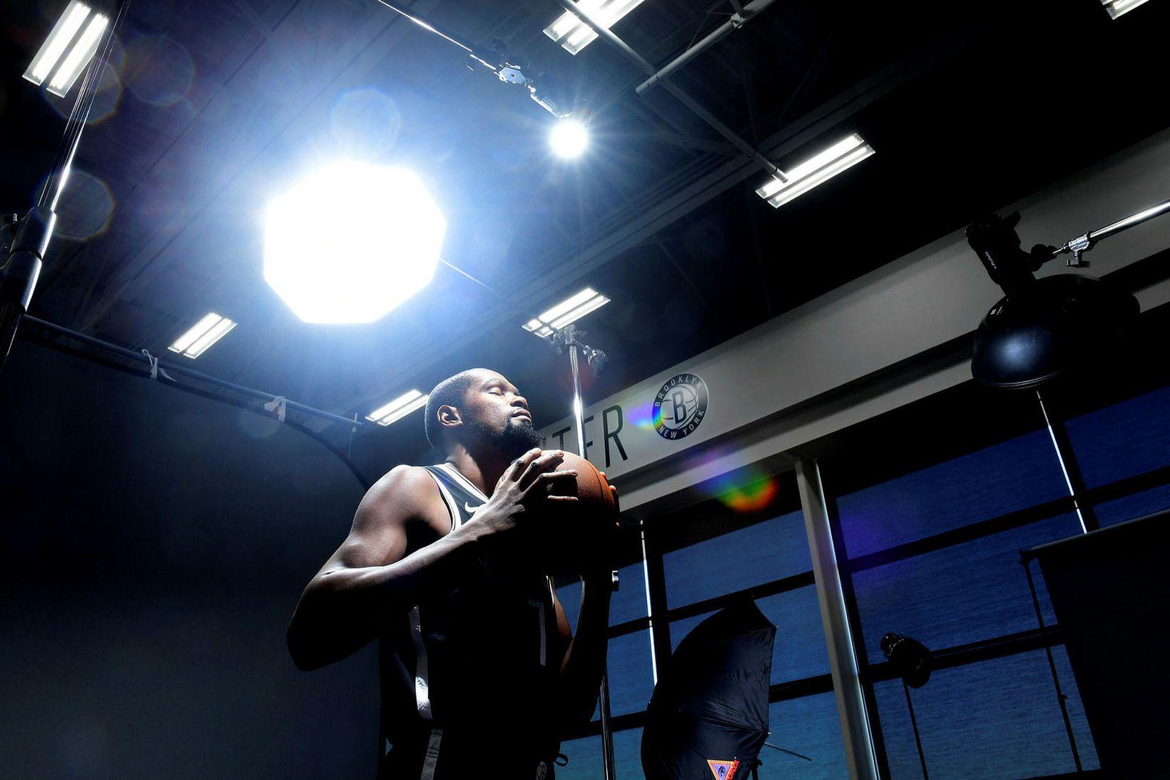 Kevin Durant skrifaði undir fjögurra ára samning við Brooklyn Nets …