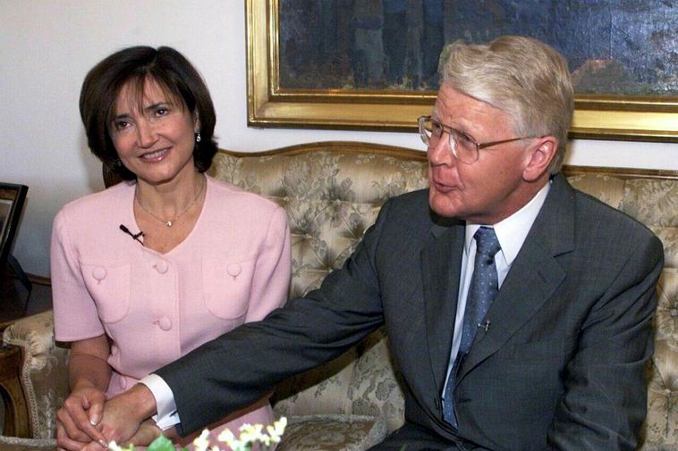 Grímsson announced his engagement to Moussaieff in May 2000.
