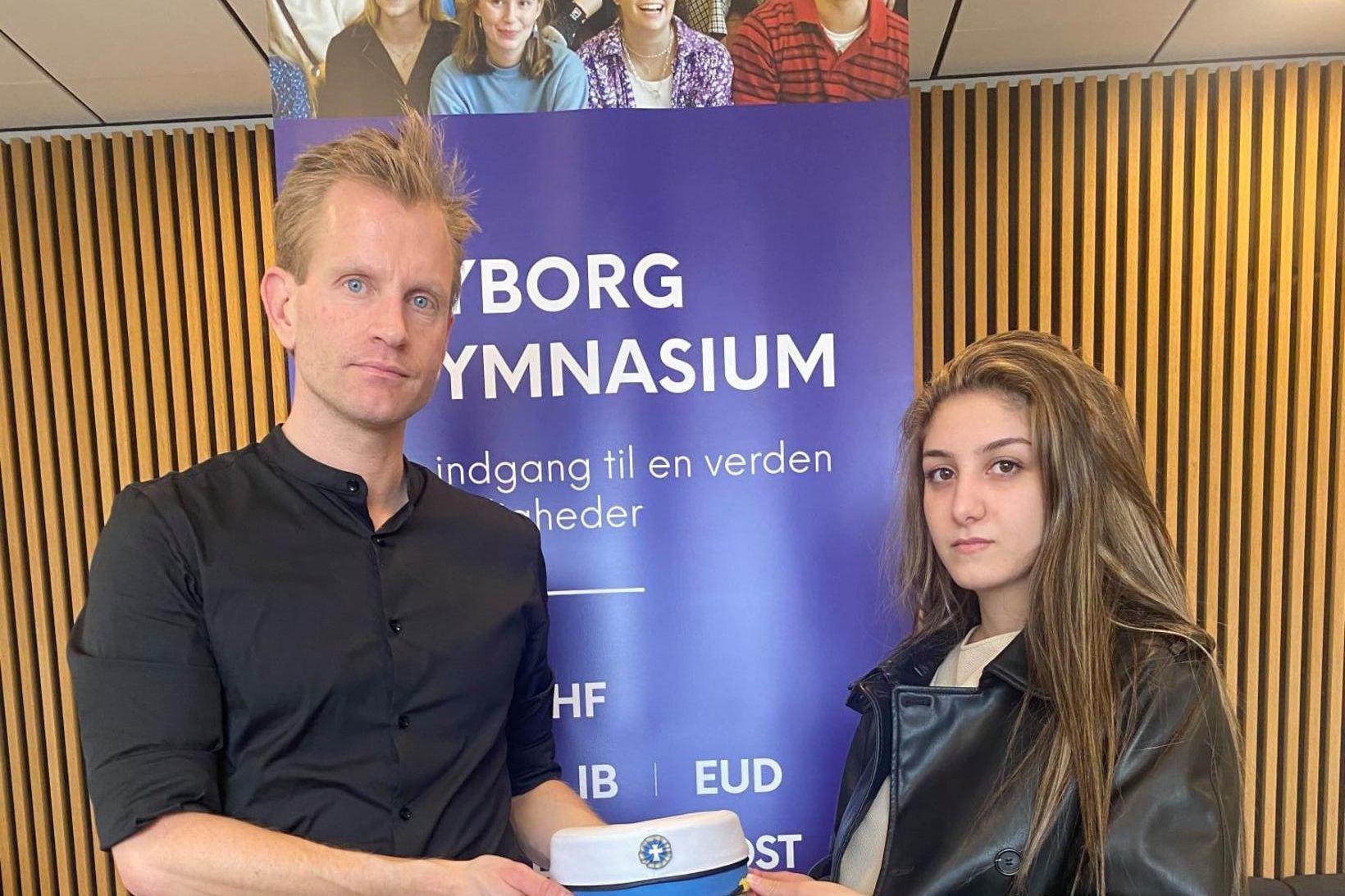 Aya Abu-Daher ásamt Henrik Stokholm, skólastjóra í Nyborg Gymnasium. Mál …