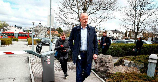 Svein Holden kemur á lögreglustöðina í Lillestrøm eftir að skjólstæðingur hans var handtekinn 28. apríl.