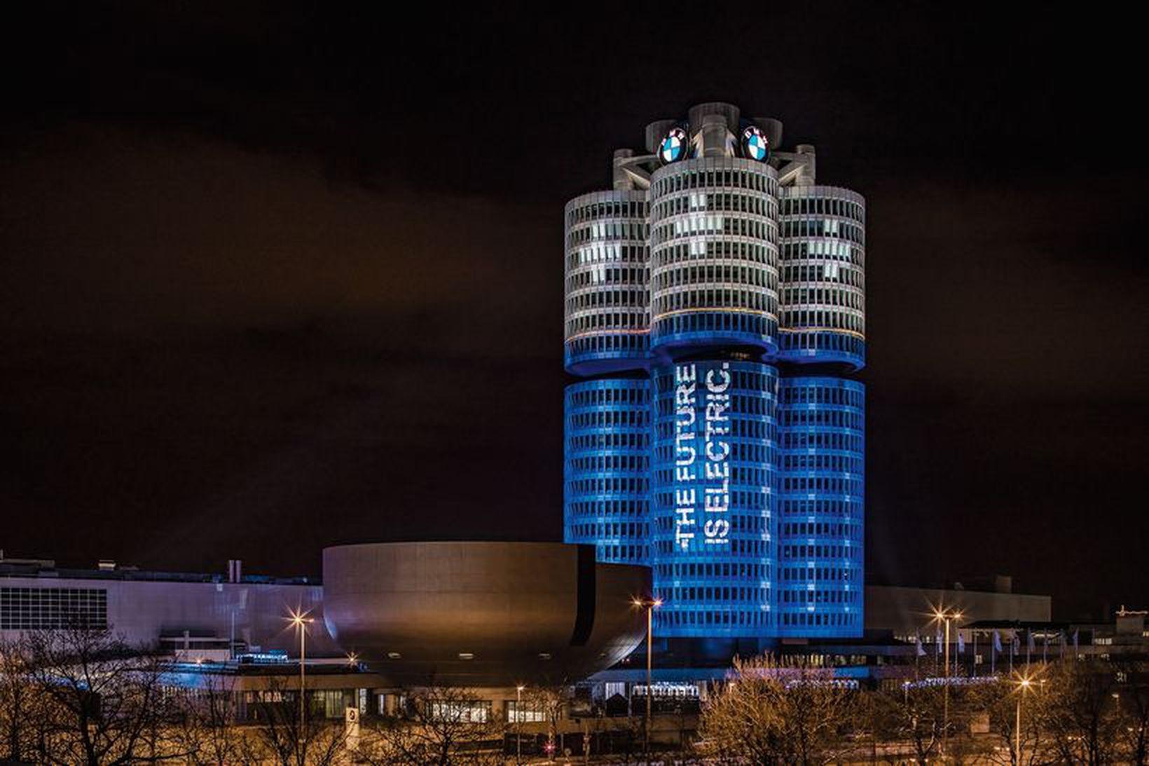 Höfuðstöðvar BMW í München. Turnarnir fjórir minna á rafhlöður.