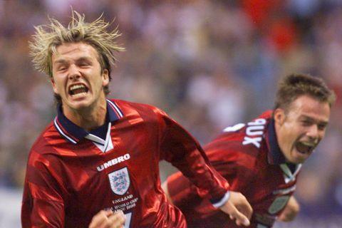David Beckham og Graeme Le Saux fagna marki Beckham gegn Kólumbíu á HM 1998.