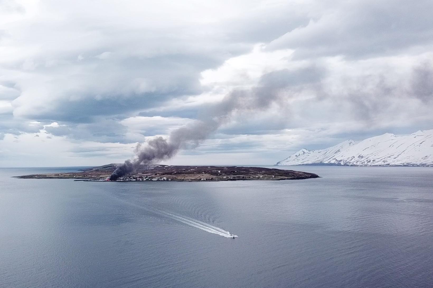 Fiskibáturinn Særún hefur ferjað mannskap frá landi út í eyju …
