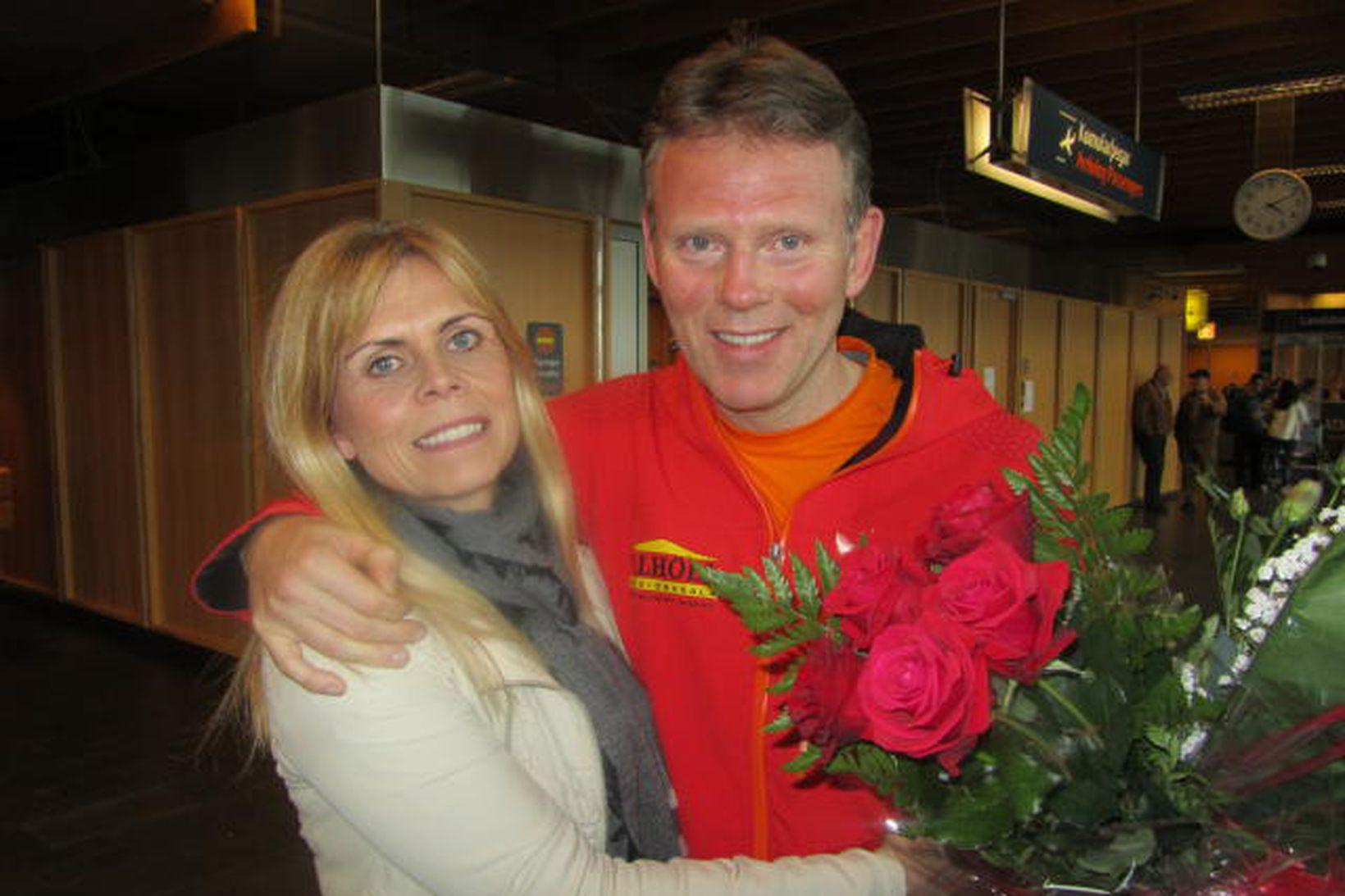 Ingólfur Geir Gissurarson og Margrét Svavarsdóttir, eiginkona hans, á Keflavíkurflugvelli …