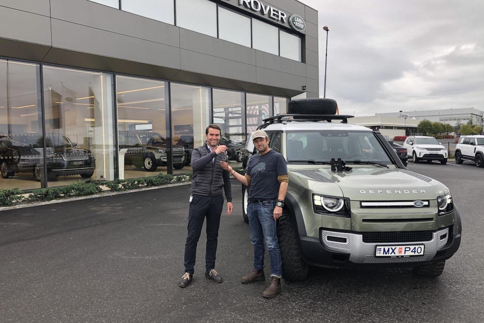 Ingólfur Stefánsson (t.h.) tekur við lyklum að leiðangursbílnum, Range Rover …