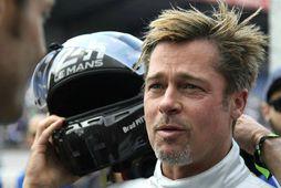 Brad Pitt er sagður eiga í samskiptum við Jon Voight, sem er faðir Angelinu Jolie.