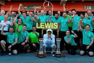 Lewis Hamilton með liðsmönnum hjá Mercedes eftir sigurinn í Barcelona.