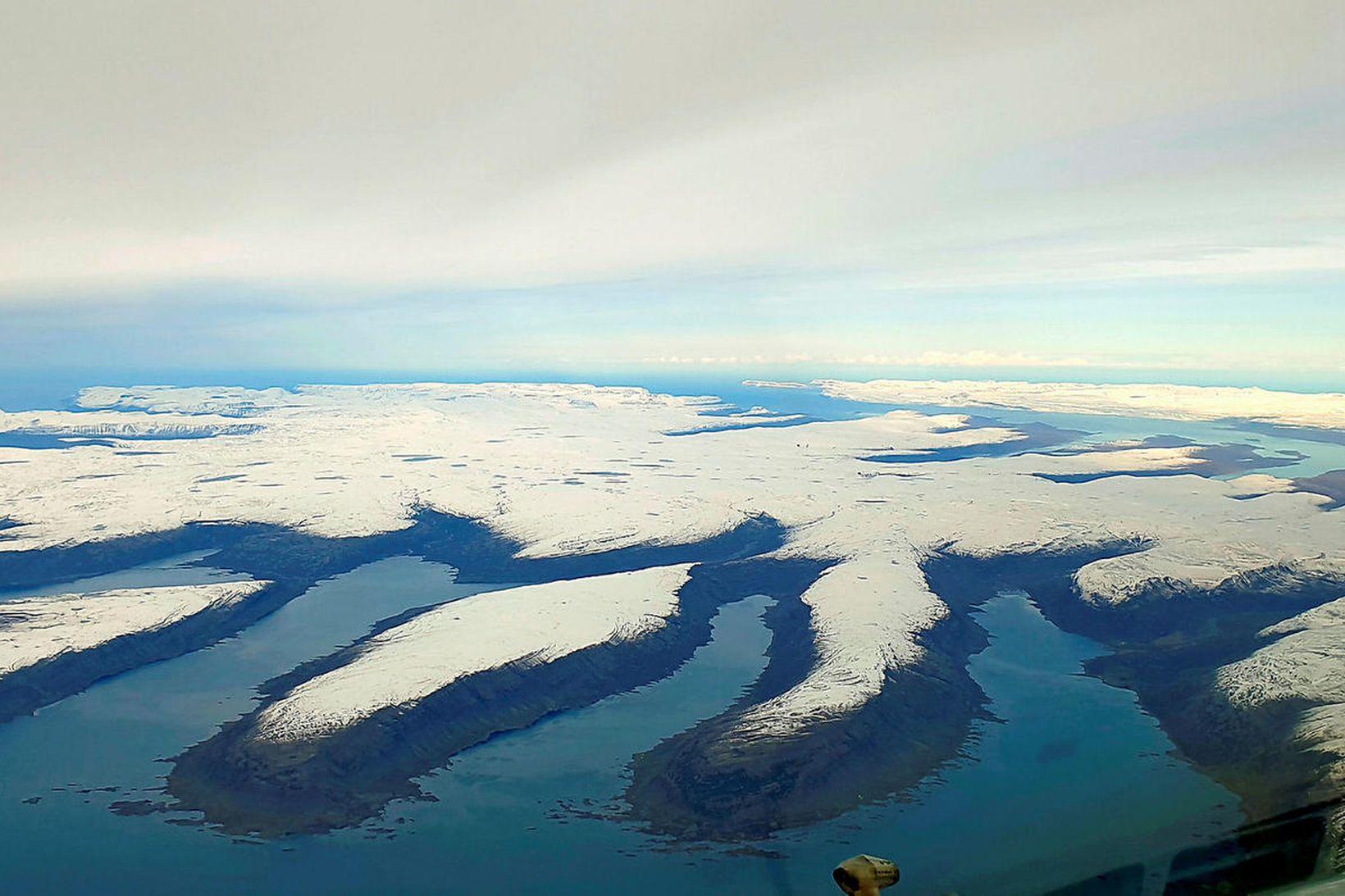 Hvítt teppi snævar liggur yfir fjöllum á Vestfjarðakjálkanum.