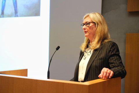 Alma D. Möller landlæknir á fræðslufundi Íslenskrar erfðagreiningar um COVID-19 síðdegis.