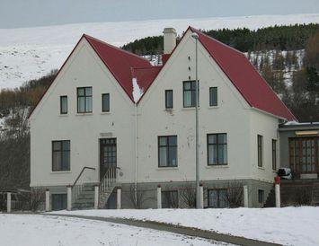 Reisuleg bygging. Gamla skólahúsið, sem áður var Húsmæðraskólinn á Laugum í Þingeyjarsveit, setur sterkan svip ...