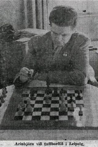 Arinbjörn Guðmundsson við taflborðið á Ólympíuskákmótinu í Leipzig árið 1960.