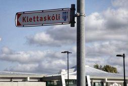 Kostnaðaráætlun vegna framkvæmda við viðbyggingu Klettaskóla hljóðaði upp á 2.952 milljónir króna og voru skekkjumörk ...