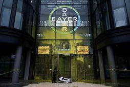 Skemmdarverk voru unnin á skrifstofum Bayer í París á dögunum af hópi mótmælenda. Mynd frá …