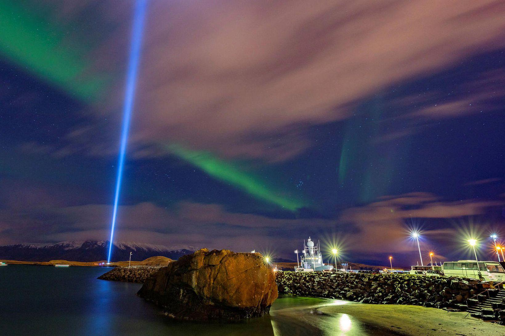Friðarsúlan lýsir upp himininn.